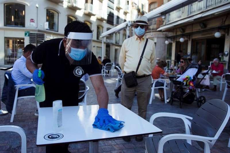 Limpieza de un bar, durante la pandemia. EPDA