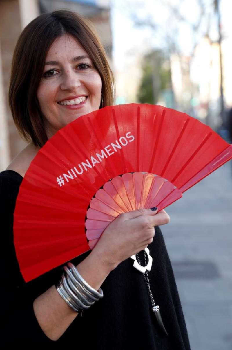 Noelia Cazalilla, de la empresa valenciana RegalosPublicitarios.com sujeta uno de los abanicos reivindicativos que ha fabricado para la gala de los Goya. EFE