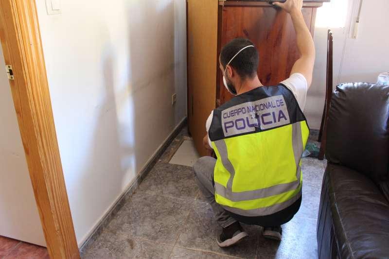 Un agente de la Policía Nacional muestra la entrada al zulo. / EPDA