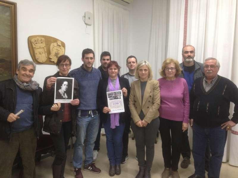La Corporación de Quart de les Valls con los carteles de la iniciativa. EPDA