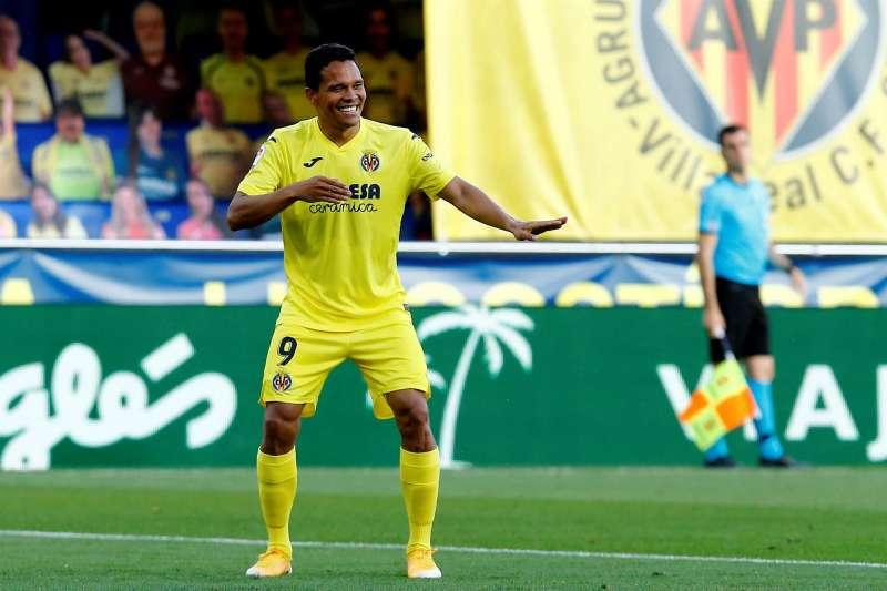 El jugador colombiano del Villarreal Carlos Bacca celebra uno de sus tres goles ante el Sevilla. EFE/ Domenech Castelló