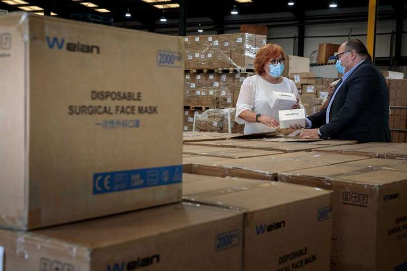La delegada del Gobierno en la Comunitat Valenciana, Gloria Calero (i), visita las dependencias en las que se almacenan las mascarillas