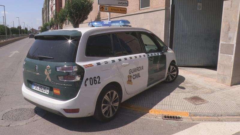 Un coche de la Guardia Civil traslada al detenido al juzgado de Catarroja. EFE