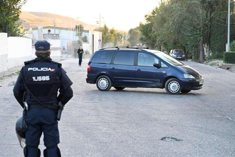 Un policía nacional durante una operación. EFE/Archivo