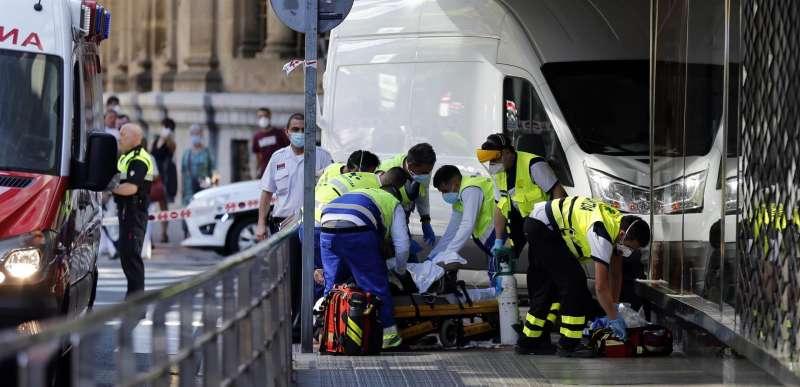 Varios sanitarios atienden a una persona atropellada. EFE/LUIS TEJIDO/Archivo