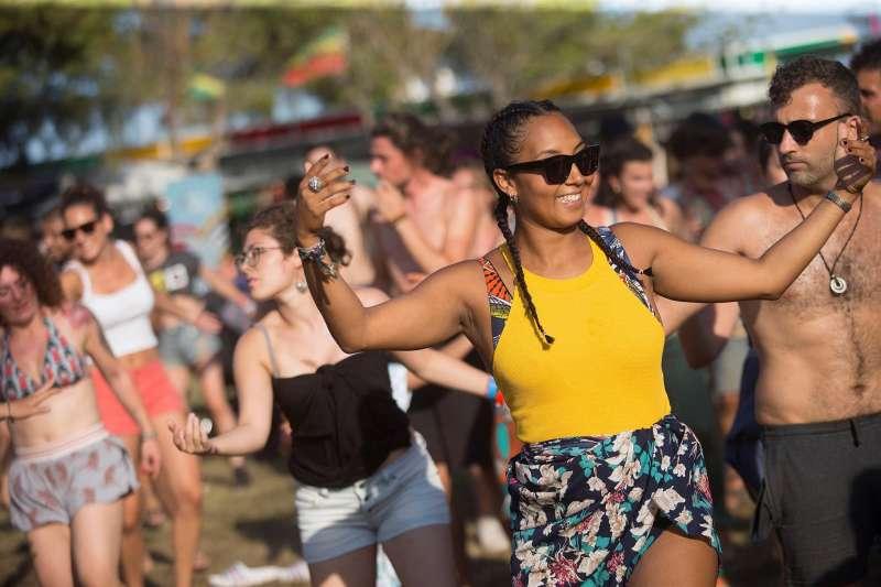 Una joven baila en el festival Rototom Sunsplash que se celebra en Benicàssim.