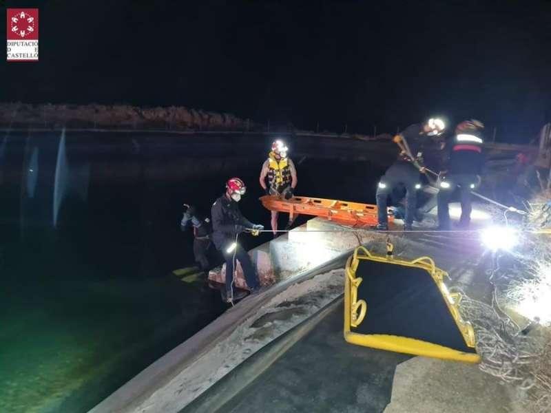 Imagen facilitada por el Consorcio Provincial de Bomberos de Castellón de las labores de rescate del cadáver de un hombre que estaba flotando en una balsa en Olocau del Rey. EFE