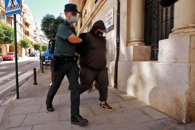 Un agente de la Guardia Civil traslada a un detenido al al Juzgado de Instrucción número 1 de Ontinyent. EFE/Natxo Francés/Archivo