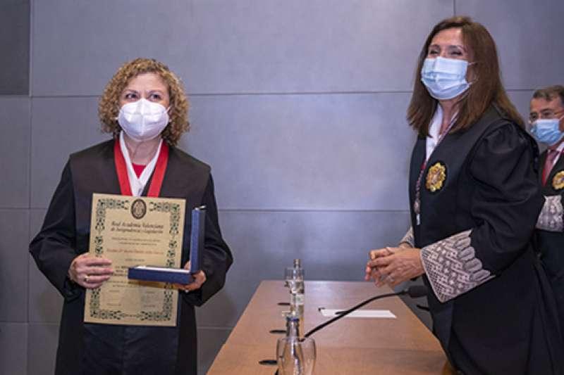 Mª Emilia Adán recibiendo la medalla
