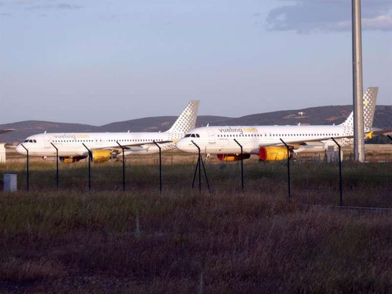 Dos aviones estacionados en un aeropuerto. EFE/Archivo