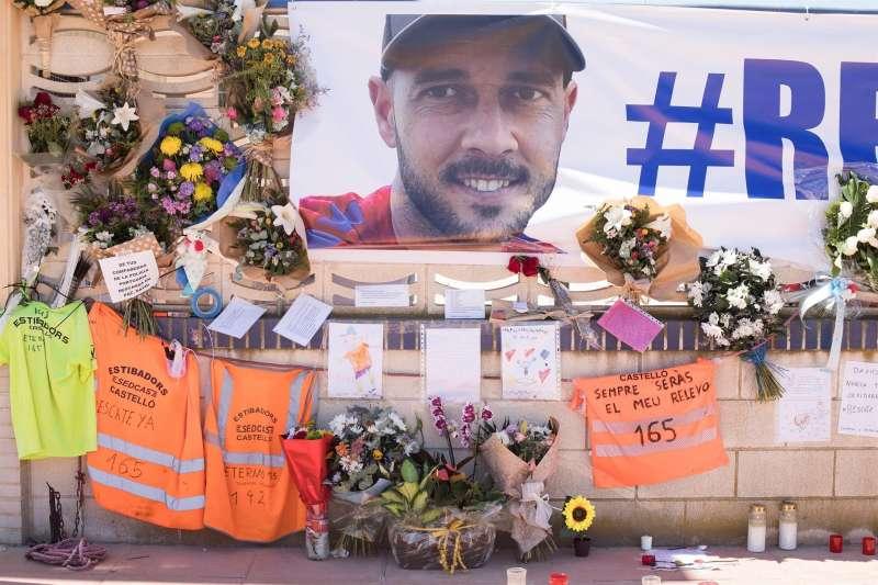 Flores y recuerdos al estibador desaparecido en la entrada de Port Castelló.EFE/Domenech Castelló/Archivo