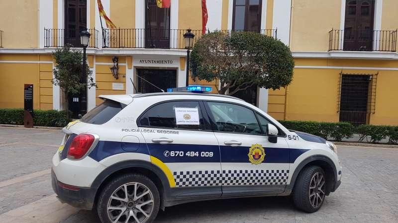 Vehículo policial frente Ayuntamiento. Foto: Archivo