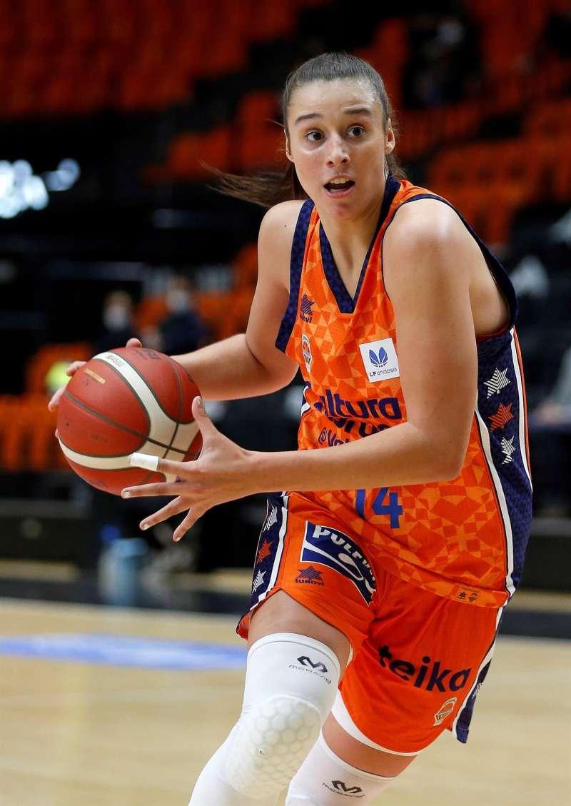 Raquel Carrera durante el encuentro del Valencia Basket ante el Ensino, disputado este viernes en el pabellón de la Fuente de San Luis de València.
