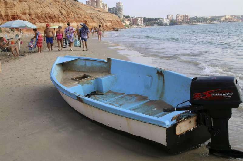 Imagen de archivo de una patera en la playa de la Mil Palmeras, en Orihuela. EFE/Manuel Lorenzo/Archivo
