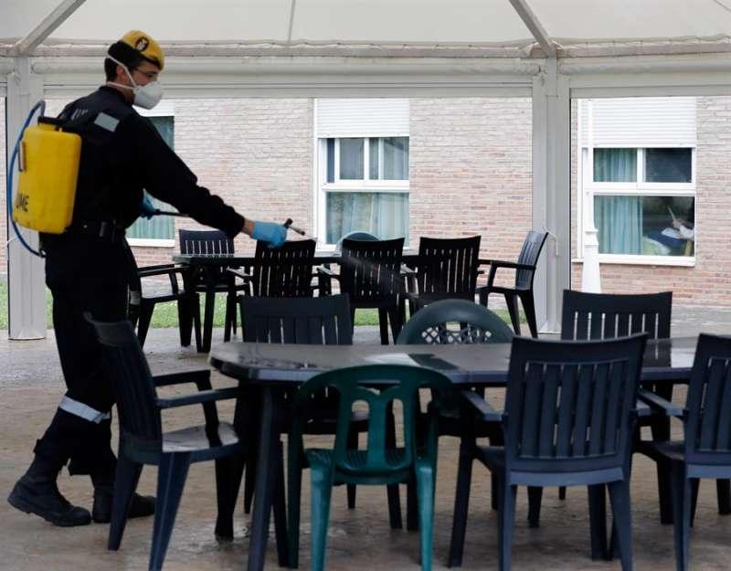 Miembros de la UME desinfectando terrazas y residencias. EFE. Archivo