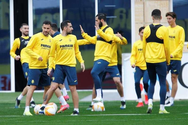 Un grupo de jugadores del Villarreal durante el entrenamiento del equipo, en una imagen de esta semana. EFE.