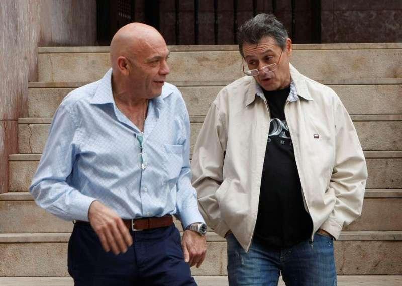 Salvador Ros (i) y Ariel Gatto, dos de las siete personas sentadas en el banquillo por el asesinato del alcalde Polop Alejandro Ponsoda. EFE/Morell