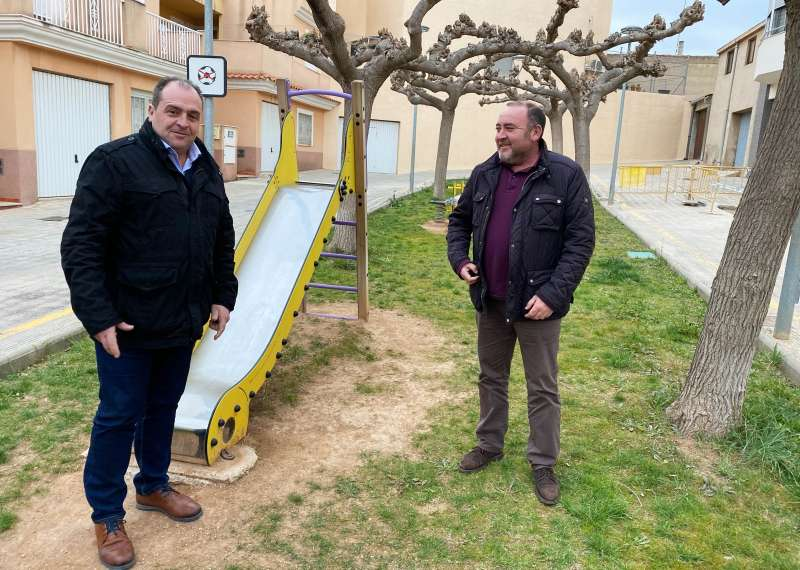 El alcalde y el teniente de alcalde de Sant Joan de Moró, Vicente Pallarés y Julián Torner, visitan la plaza de la Diputación/EPDA