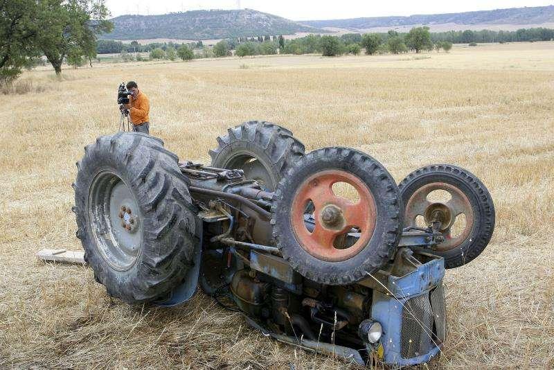 Un tractor volcado en un accidente similar en Yátova. / EPDA