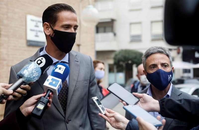 Óscar Antón (dcha), y Vicente Olmos , dos de los abogados de la acusación, representantes de algunos de los ciclistas fallecidos, atienden a los medios de comunicación. EFE/Ana Escobar