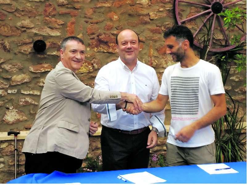 Joan-Carles Jover, Ramón Puchades y Antonio Sanchez firman el acuerdo. / EPDA