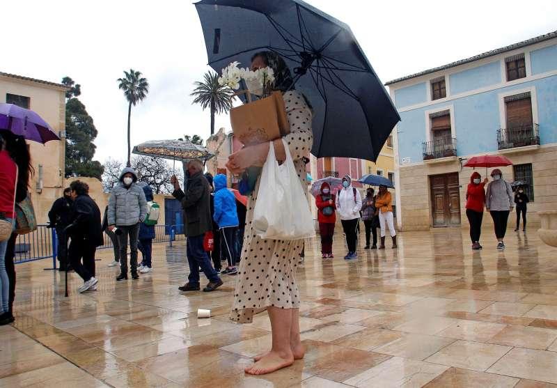 Algunos peregrinos desafiando a la lluvia para asistir a la bendición. EFE