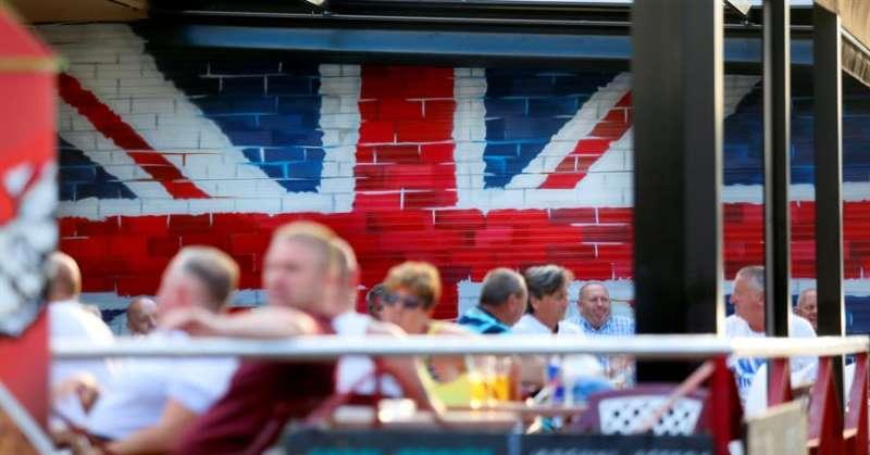 Turistas británicos en una terraza de la ciudad de Benidorm, en Alicante. EFE