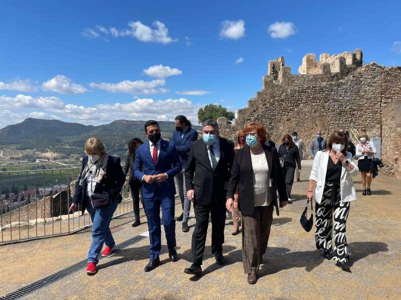 Un momento de la visita del ministro de Cultura, José Manuel Rodríguez Uribes, durante su visita al Teatro Romano de Sagunto.