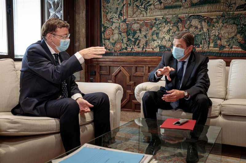 El ministro de Agricultura, Luis Planas (d) durante su reunión hoy jueves con el president de la Generalitat, Ximo Puig.- EFE
