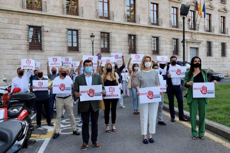 Reunión de Ciudadanos frente a la delegación del Gobierno en Valencia.