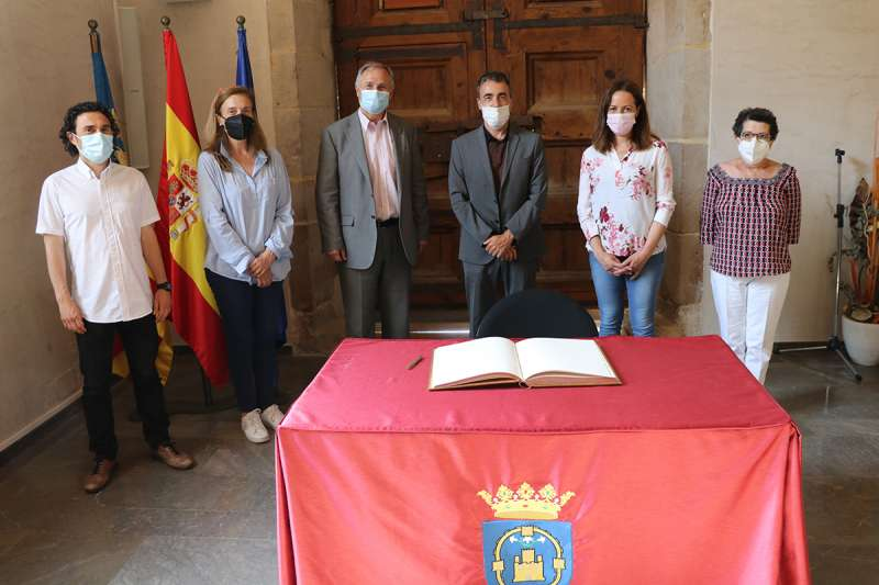 El alcalde de Llíria, Manolo Civera, y el presidente de Green Peace España. EPDA.