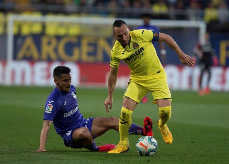 El centrocampista del Villarreal, Santi Cazorla (d), se lleva el balón en un partido disputado en La Cerámica. EFE/Archivo
