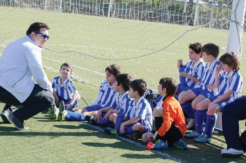 Entrenador con jugadores del Benimar de Picanya. //EPDA