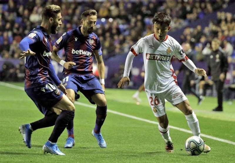 El centrocampista del RCD Mallorca, Kubo, intenta llevarse el balón ante los jugadores del Levante, José Luis Morales y Rubén Rochina. EFE