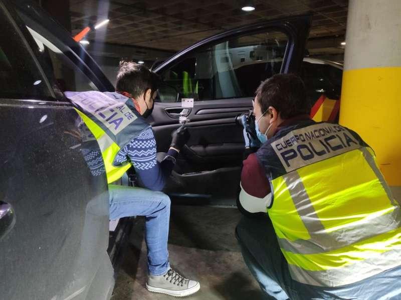 Agentes investigan los hechos, en una imagen facilitada por la Policía.