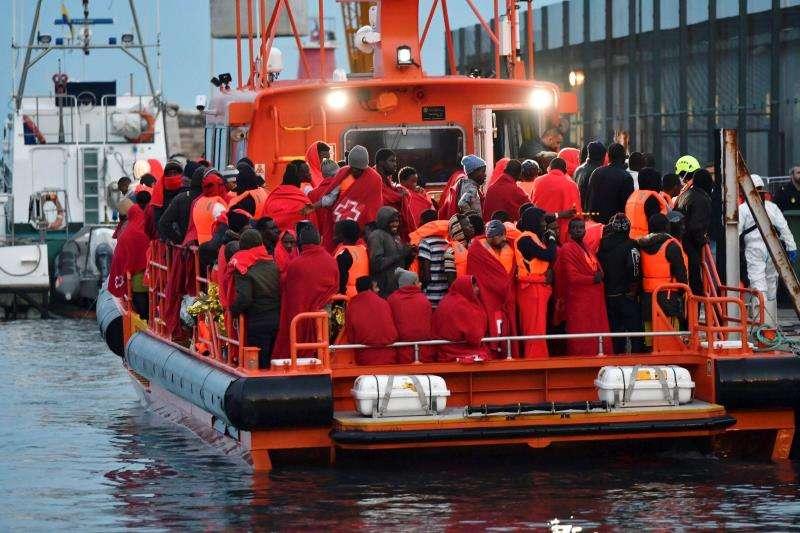 Inmigrantes en un barco de salvamento. EFE/Archivo