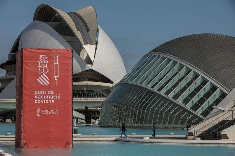 Vista general del punto de vacunación masiva de Valencia situado en la Ciudad de las Artes y las Ciencias. EFE/Biel Aliño