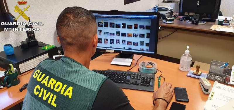 Una gente de la Guardia Civil analiza contenido pedófilo