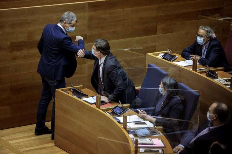 El síndic de Ciudadanos en Les Corts, Toni Cantó (i), saluda al president de la Generalitat, Ximo Puig (2i), durante el pleno. EFE/Biel Aliño