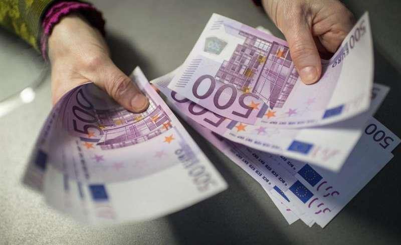 Un empleado de banca muestra billetes de 500 euros. EFE