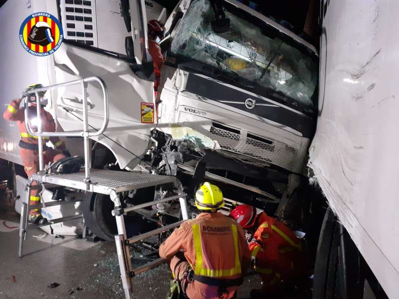 Los bomberos colaboran en el lugar del accidente