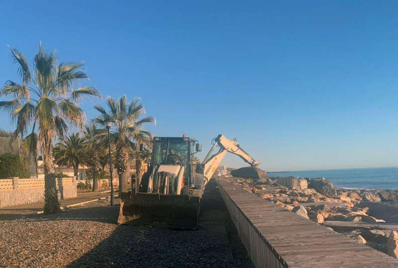 Una máquina limpia la playa