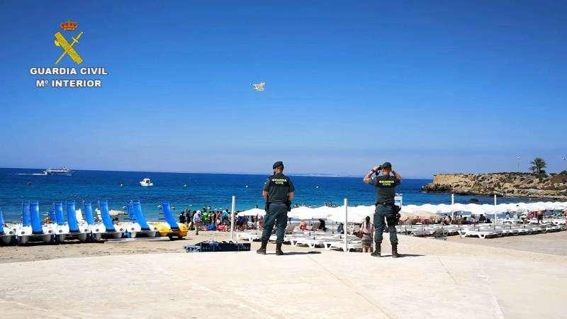 Una imagen de los agentes en la isla. EFE