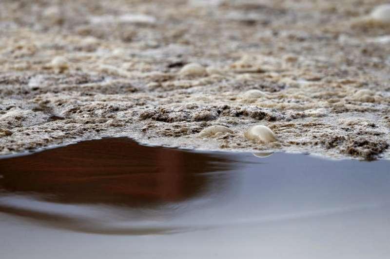 Detalle de tratamiento de aguas residuales en una planta en Murcia.