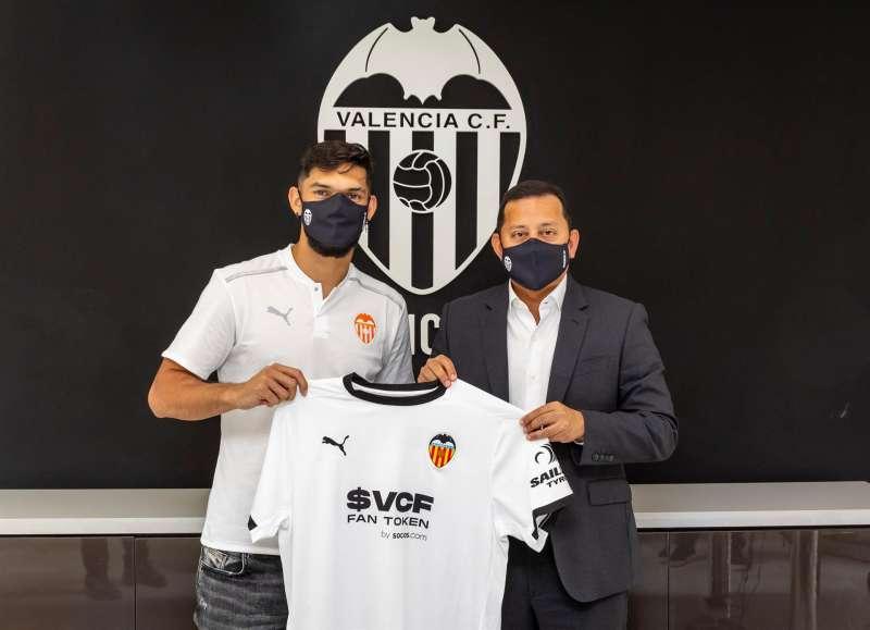 El defensa paraguayo Omar Alderete posa con la camiseta del Valencia junto al presidente del club de Mestalla, Anil Murthy