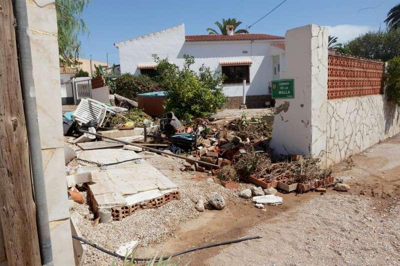 Aspecto de una de las calles de Vinaròs (Castellón) gravemente afectada por el temporal de lluvia.