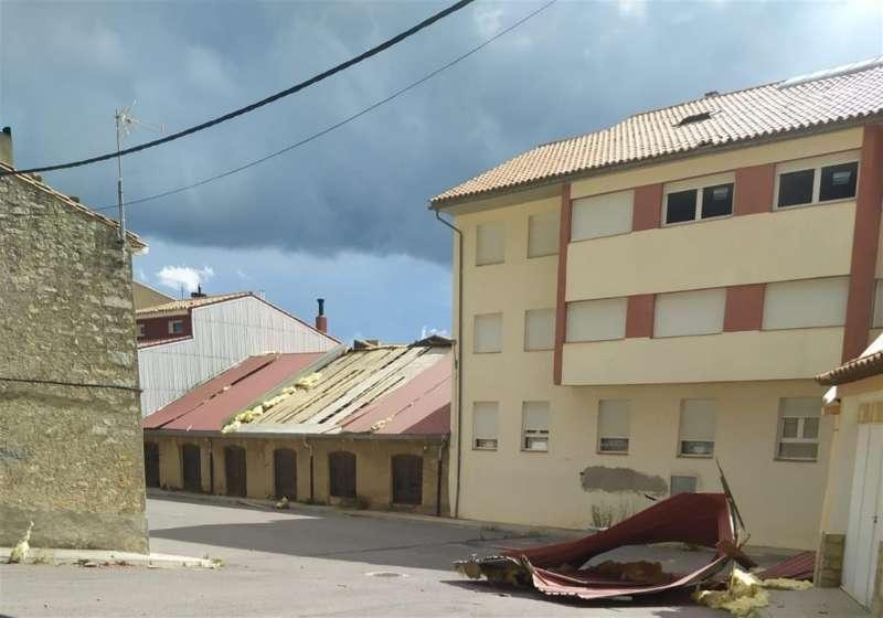Imagen del Ayuntamiento de Vilafranca donde pueden verse algunos daños materiales causados por el tornado de este miércoles. EFE