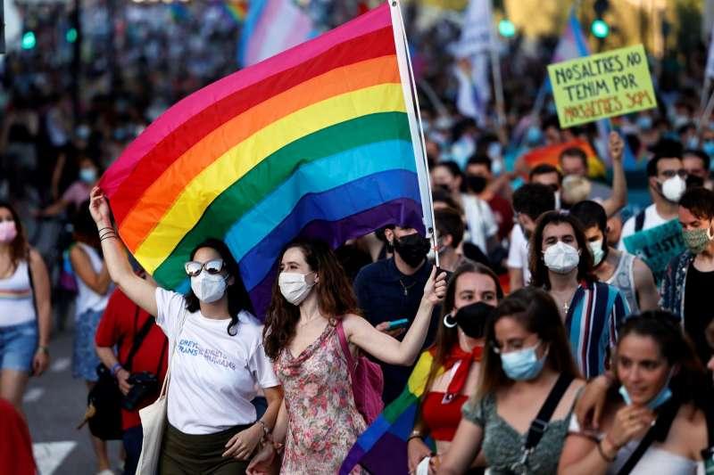 Una pareja agita la bandera LGTBI durante la manifestación del Orgull LGTB+ en junio de este año. EFE/Biel Aliño/Archivo