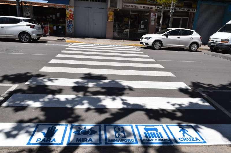 Dibujo de uno de los pictogramas en un paso de peatones.