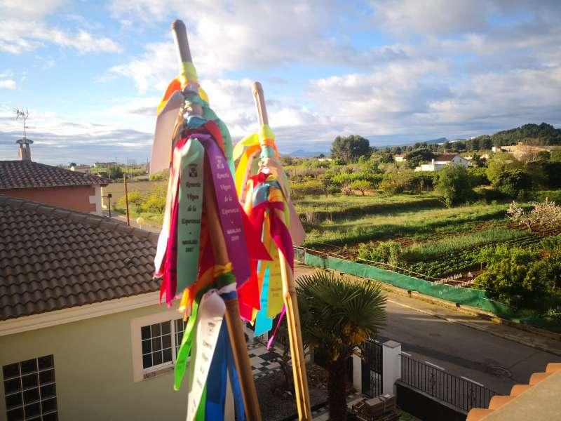 Las cañas con sus cintas volvieron a salir a los balcones